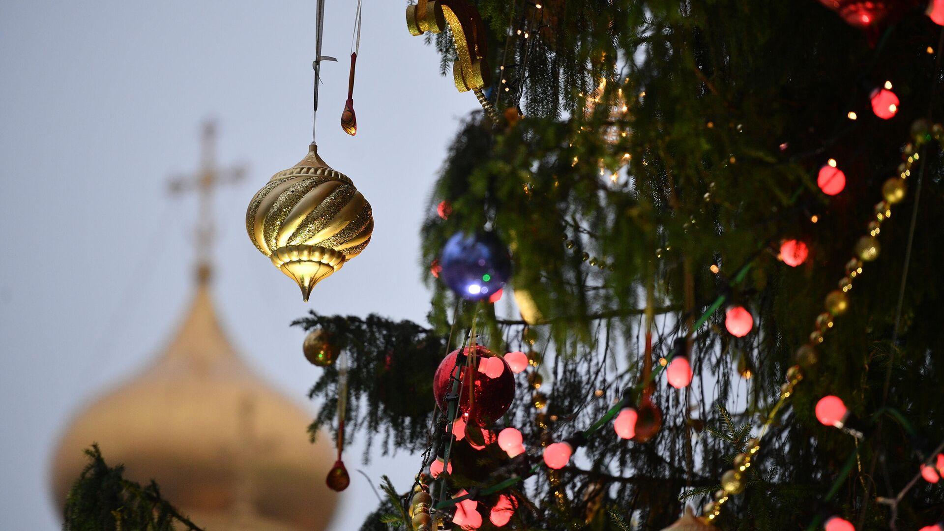 Украшение новогодней елки на Соборной площади Кремля - РИА Новости, 1920, 12.11.2020