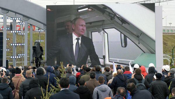 Трансляция поездки президента РФ Владимира Путина в кабине машиниста первого рельсового автобуса перед церемонией открытия движения по железнодорожной части Крымского моста