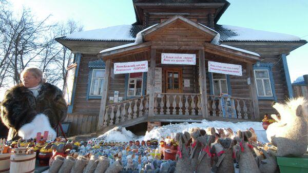 Продажа сувениров у музея Мыши в городе Мышкин