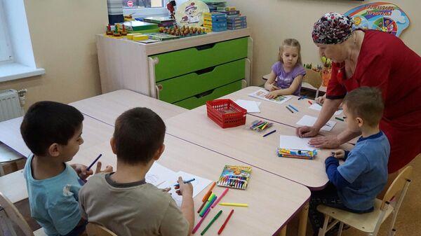 Дети на занятиях по рисованию