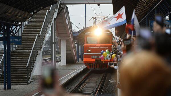 Поезд Таврия, следующий по маршруту Санкт-Петербург - Севастополь, пребывает на вокзал Севастополя