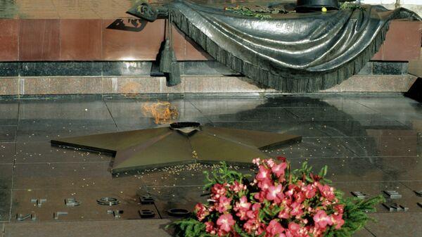 Вечный огонь на Могиле Неизвестного Солдата в Александровском саду в Кремле.