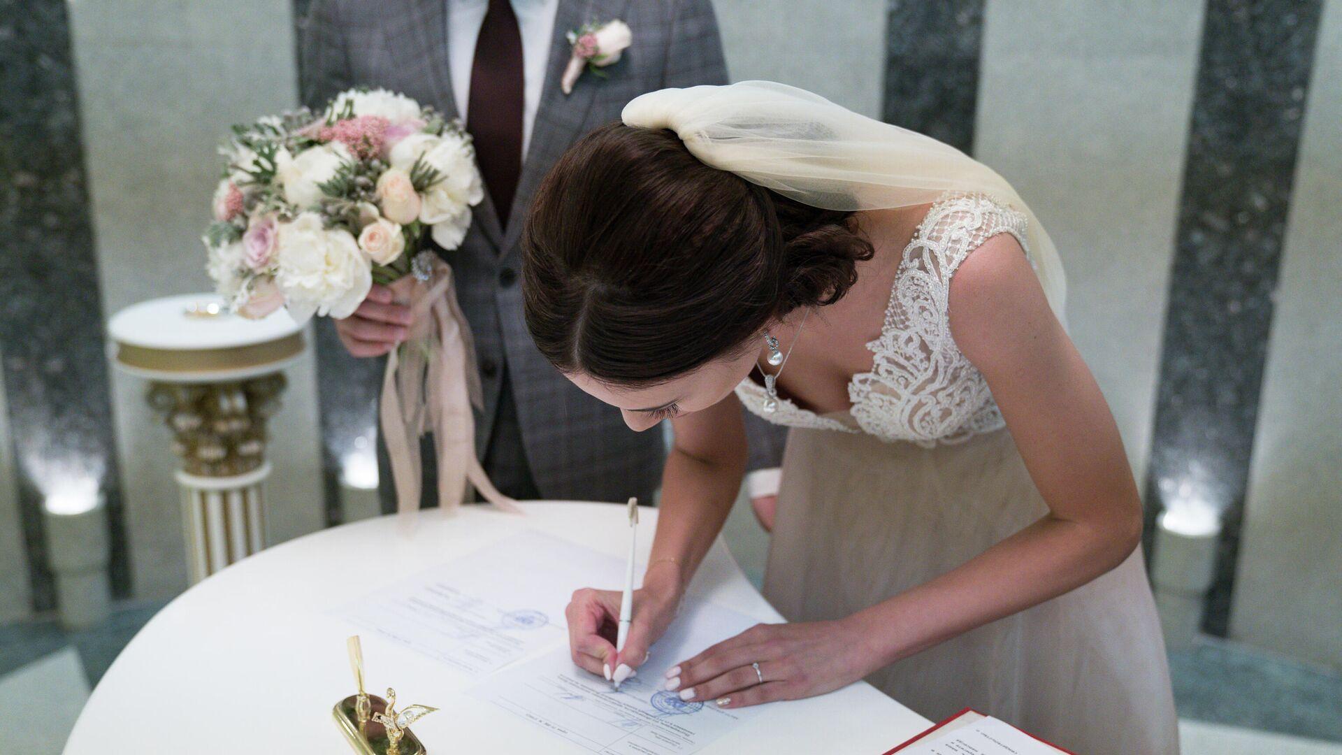 Молодожены во время регистрации брака  - РИА Новости, 1920, 09.01.2021