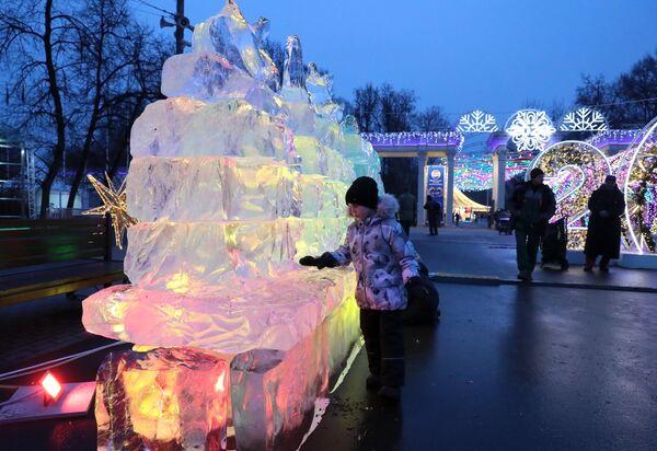 Посетители на фестивале снежных и ледяных скульптур в парке Сокольники