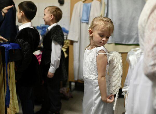 Дети готовятся за кулисами перед рождественским представлением в католической церкви в Омске