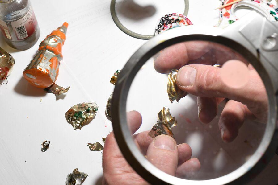 Восстановить елочную игрушку можно даже после того, как она разбилась на мелкие части