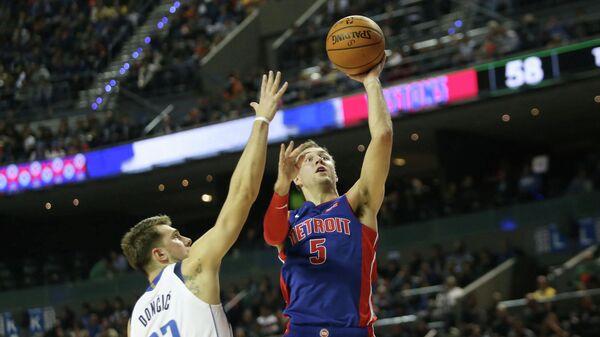 Баскетболист Детройт Пистонс Люк Кеннард в борьбе за мяч с Лукой Дончичем