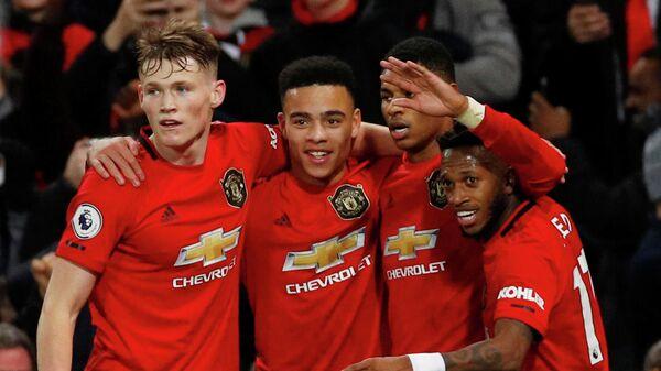 Футболисты Манчестер Юнайтед празднуют забитый мяч в ворота Ньюкасла
