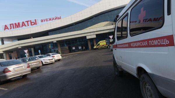Автомобили скорой помощи у здания аэропорта Алматы. Самолет Fokker 100 казахстанской авиакомпании Bek Air
