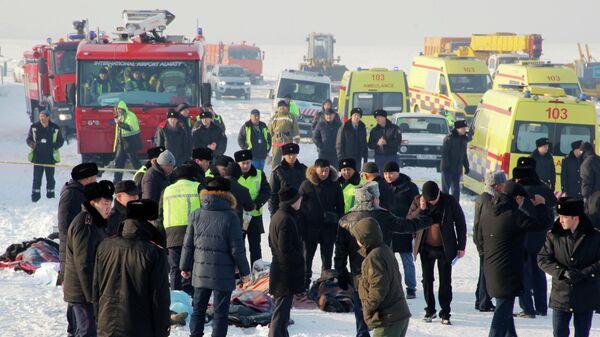 Сотрудники спасательной службы и полиции работают на месте крушения самолета Fokker 100 казахстанской авиакомпании Bek Air, следовавшего рейсом Алма-Ата - Нур-Султан