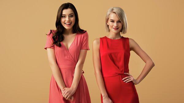 Женщины в красных платьях
