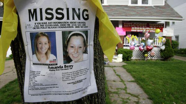 Объявление о пропаже Аманды Берри возле ее дома
