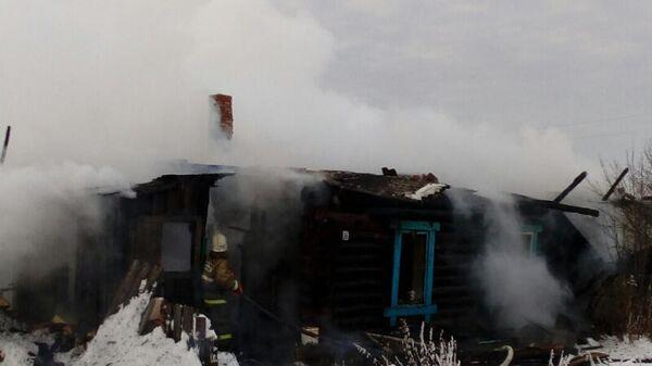 Сотрудники МЧС во время тушения пожара в доме в деревне Сидорята Пермского края. 28 декабря 2019