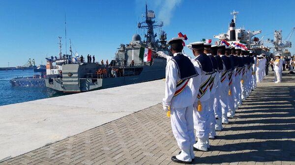 Иранские моряки приветствуют российский сторожевой корабль Ярослав Мудрый во время совместных военно-морских учений России, Ирана и Китая в Индийском океане. 27 декабря 2019