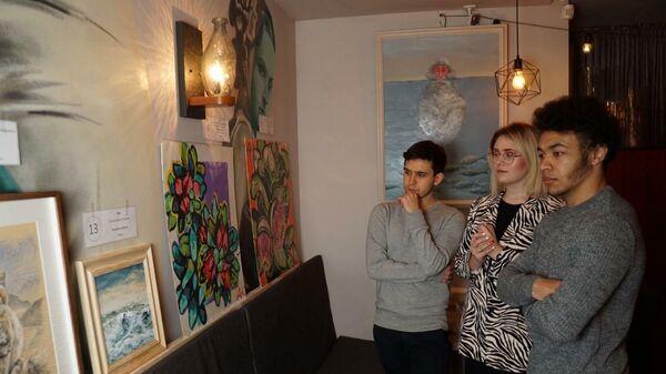 Посетители на выставке Международного Молодежного художественного фестиваля #Goart