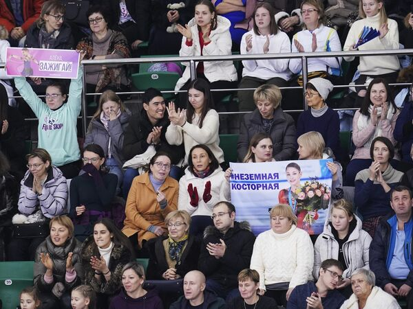 Болельщики поддерживают Алену Косторную