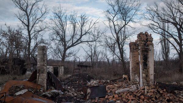 Стена разрушенного дома в поселке Доломитное Донецкой области