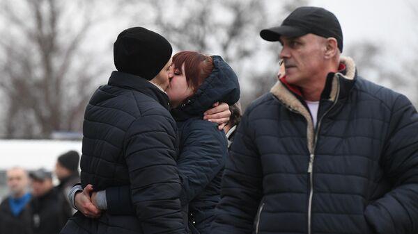Родные встречают пленных, возвращенных украинской стороной на КПП на окраине города Горловка в Донецкой области