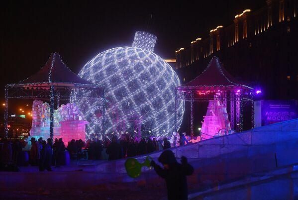 Посетители на V Новогоднем фестивале Александра Ковтунца Ледовая Москва. В кругу семьи в Парке Победы на Поклонной горе
