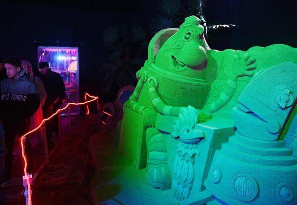 Посетители в павильоне Песочной скульптуры на V Новогоднем фестивале Ледовая Москва. В кругу семьи в Парке Победы на Поклонной горе