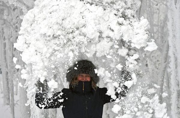 Женщина в заснеженном лесу на берегу реки Енисей