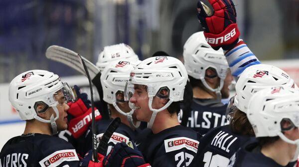 Игроки сборной США радуются победе