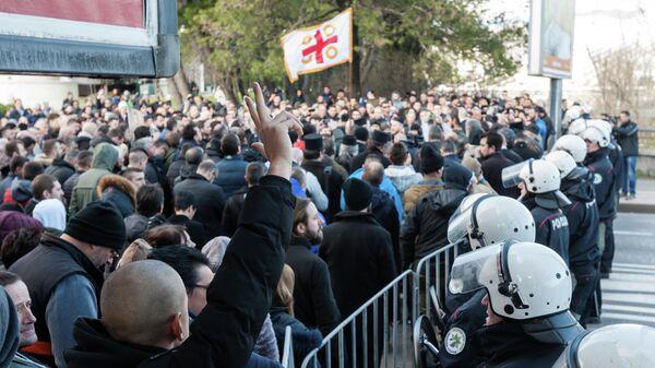 Духовенство и верующие сербской православной церкви в Подгорице перед рассмотрением закона о вероисповедании в парламенте