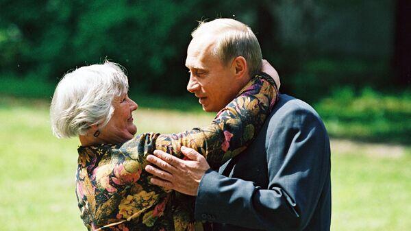 Фотография Владимира Путина со школьной учительницей Верой Гуревич, опубликованная на сайте 20.kremlin.ru