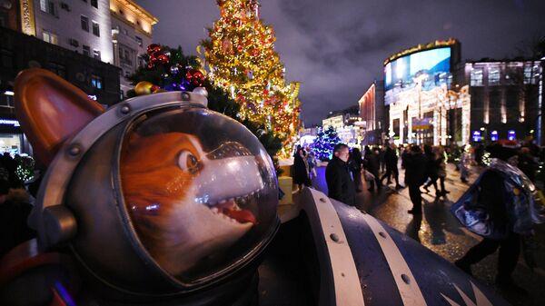 Инсталляция Ракета с Белкой и Стрелкой, установленная на Тверской улице в Москве к празднованию Нового года