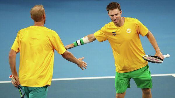 Австралийские теннисисты Крис Гуччоне и Джон Пирс празднуют победу в матче с Германией на Кубке ATP