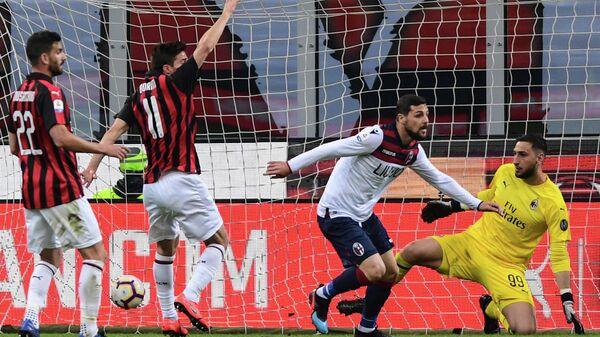Нападающий Болоньи Маттиа Дестро отмечает забитый мяч в ворота Милана