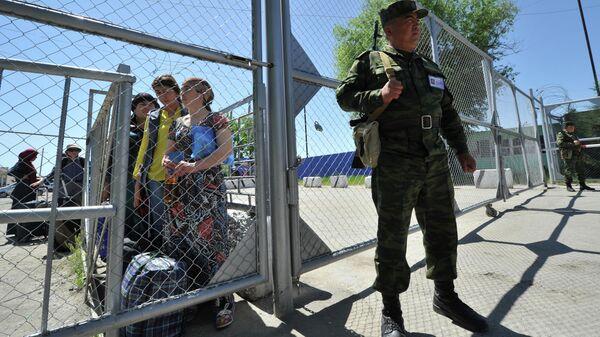 Пограничник на КПП границы Киргизии и Узбекистана