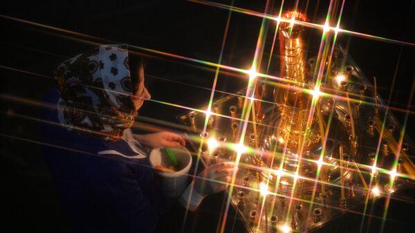 Верующая во время рождественского богослужения в соборе в Екатеринбурге