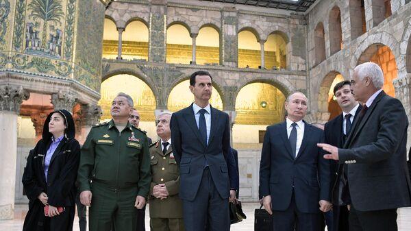 Президент РФ Владимир Путин и президент Сирии Башар Асад во время посещения мечети Омейядов в Дамаске