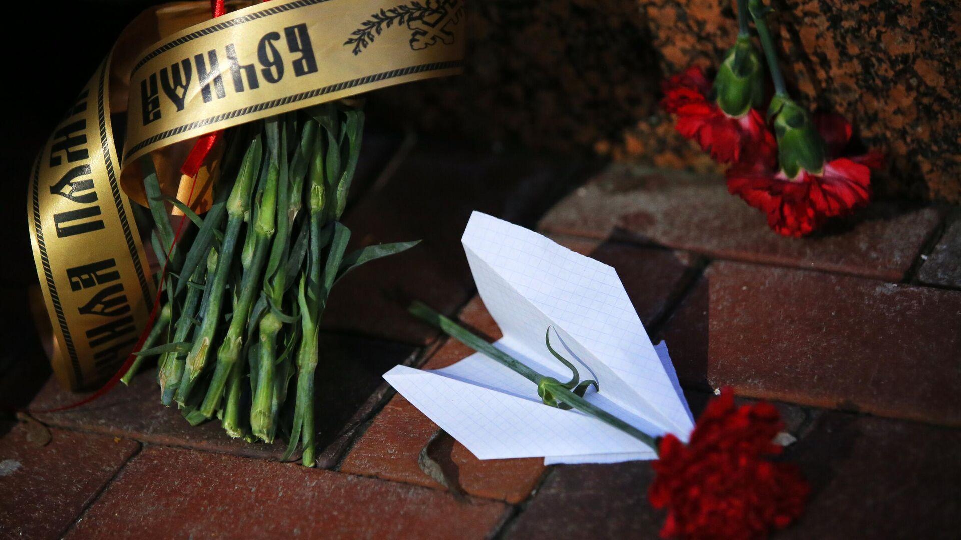Цветы у посольства Ирана в Киеве в память о погибших в результате крушения пассажирского лайнера Украины Boeing 737-800 в Тегеране - РИА Новости, 1920, 31.07.2020