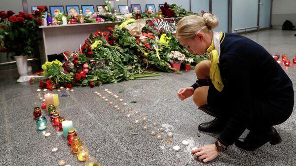 Сотрудница авиакомпании у народного мемориала в международном аэропорту Борисполь в Киеве в память о членах экипажа пассажирского лайнера Украины Boeing 737-800, разбившегося в Тегеране