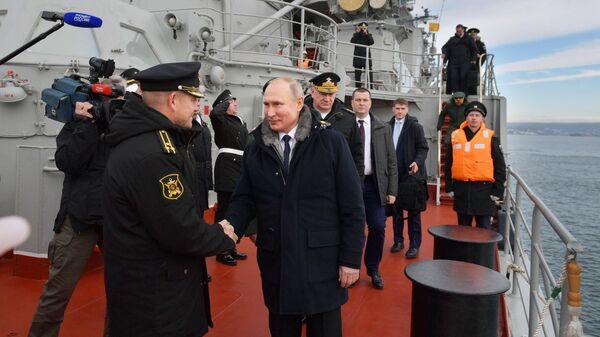 Верховный главнокомандующий ВС РФ, президент РФ Владимир Путин на борту ракетного крейсера Маршал Устинов
