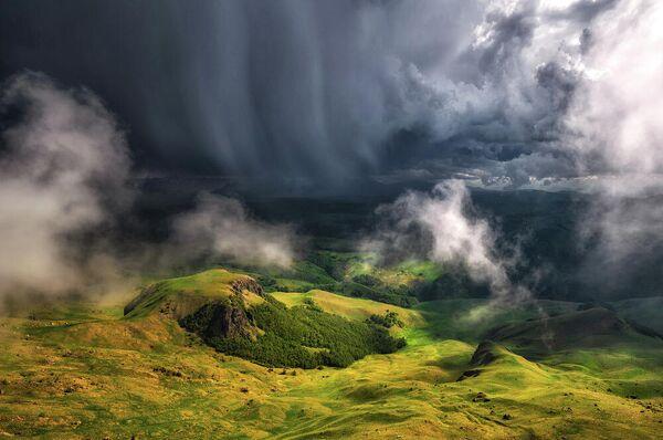 Надвигающаяся гроза. Снимок сделан с плато Бермамыт (Приэльбрусье, Карачаево-Черкессия). Грачев Андрей, номинация Пейзаж