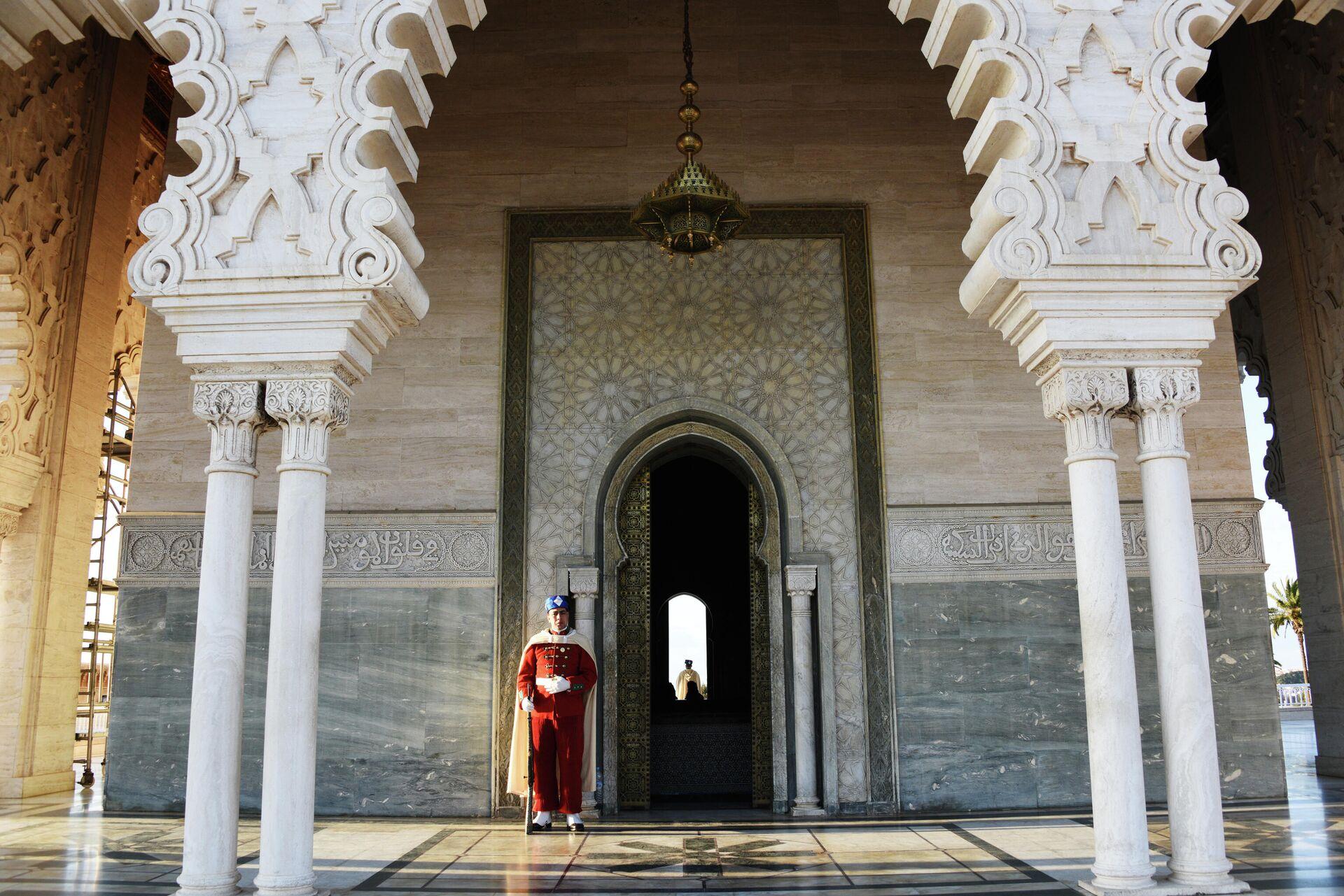 Гвардеец у входа в Мавзолей Мохаммеда V (короля Марокко) в Рабате. - РИА Новости, 1920, 25.12.2020