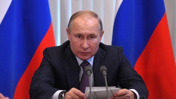 Владимир Путин проводит совещание на территории гостиничного комплекса Мрия в Ялте
