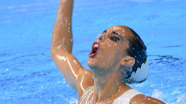 Она Карбонель (Испания) выступает с технической программой в соревнованиях соло по синхронному плаванию на XVIII чемпионате мира по водным видам спорта в южнокорейском Кванджу.