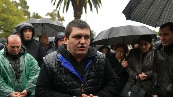 Один из организаторов протестных акций Ахра Авидзба выступает с заявлением для прессы в Сухуме