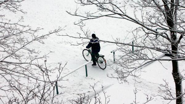 Мужчина катается на велосипеде в Москве