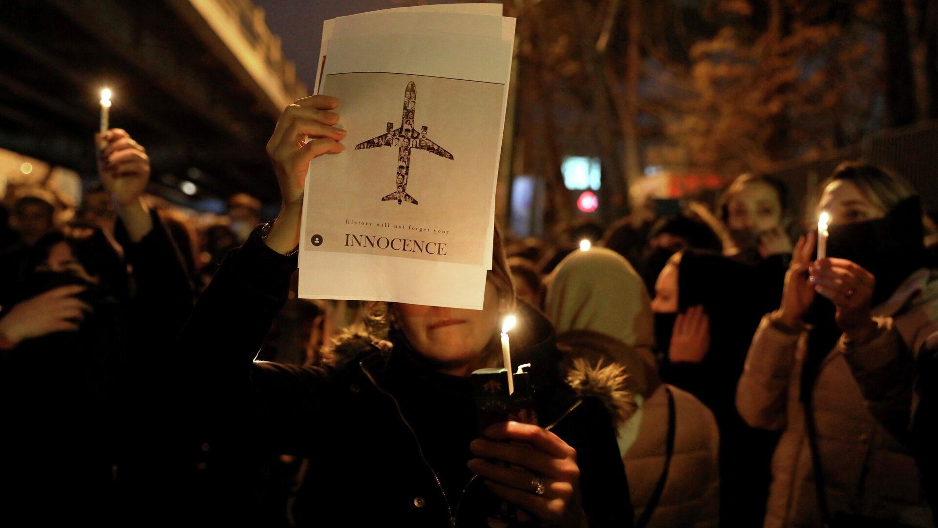 Акция памяти жертв крушения украинского самолета у входа в университет имени Амира Кабира в Тегеране - РИА Новости, 1920, 06.01.2021