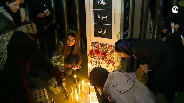 В Тегеране люди зажигают свечи перед фотографиями жертв авиакатастрофы