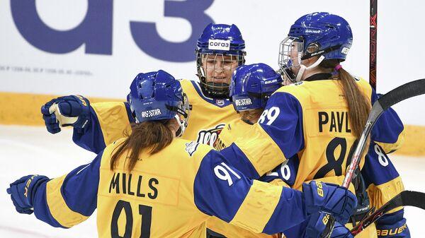 Игроки сборной Востока Валерия Павлова, Екатерина Добродеева (справа налево) и Алена Миллс (слева) радуются заброшенной шайбе в матче Звезд Женской хоккейной лиги Матч звезд ЖХЛ - 2020 в Москве.