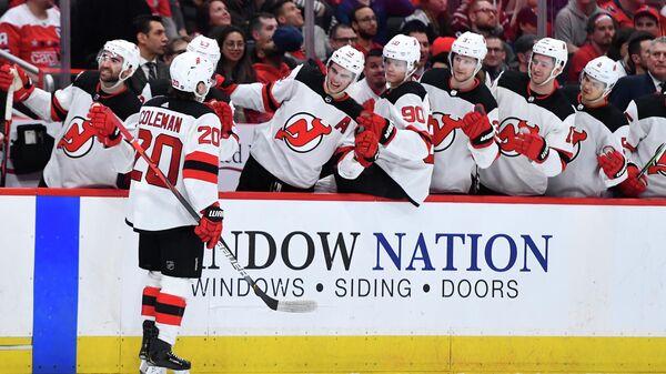 Хоккеисты Нью-Джерси Девилз празднуют заброшенную шайбу в матче НХЛ с Вашингтон Кэпиталз