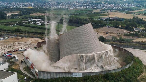 Снос градирни атомной электростанции в Кобленце, Германия