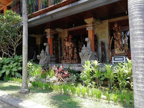 Бали. Деревня резчиков по дереву Мас. Витрина магазина
