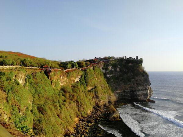 Бали. Обзорная тропа ведет к храму Улувату